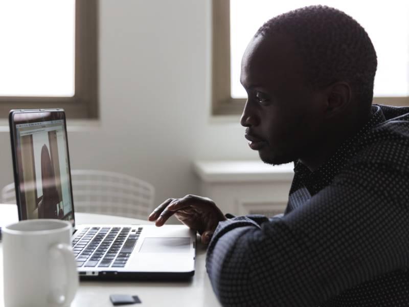 Muchaneta Kapfunde, rédactrice en chef de FashNerd conseille trois formations en ligne pour développer vos connaissances sur l'industrie de la mode